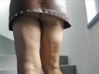 Bijou erotica La salope s habille sexy toute en cuir avec son bijou anal