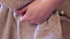 Młoda żona z małymi cyckami pod prysznicem