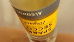 Menina se masturbando com uma garrafa