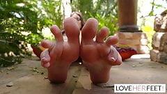 Liv Wild reçoit un massage des pieds paradisiaque