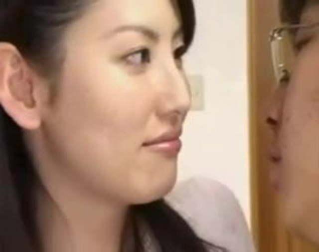 北原多香子 美熟女な先生に家で教わってたら童貞卒業筆おろしセックス指導してくれた!