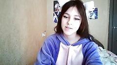 Русская девушка SophiGreen перед вебкамерой показывает свои лучшие части тела