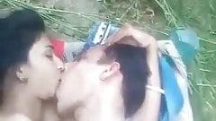 Un couple arabe baise dans la nature