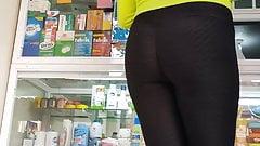 Nalgona caminando a la farmacia.