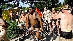 Donne vestite uomo nudo, grosso cazzo nero in pubblico
