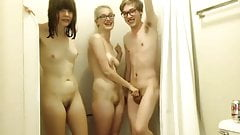 Threesome shower pussy shaving
