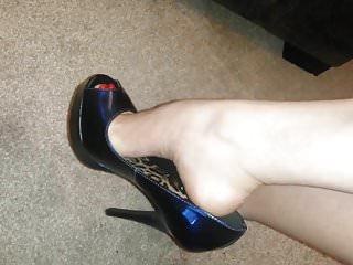 Vintage peep toe Minha irma mais nova exibe peep toe alto meu marido deu