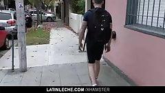 Татуированную ебуху трахнули без презерватива
