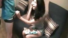Sie spricht mit ihrem Freund, während sie einen anderen Schwanz lutscht