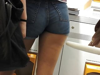 Say sexy in french - Very sexy blue short shorts