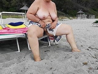Pissing on the quaran - Pissing on the beach
