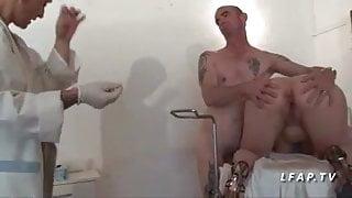 Cette mature francaise se fait peter le cul chez le gyneco