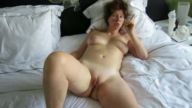 Nackt beine spreitzen