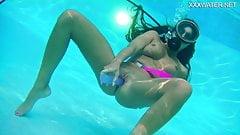 Nora Shmandora underwater dildo action