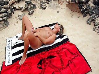 Masturbating openly nudist - Lisa de caresse sur la plage