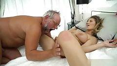 Молодая девушка будит своего старика для секса