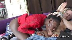 Amatrice black francaise sodomisee comme une chienne en trio