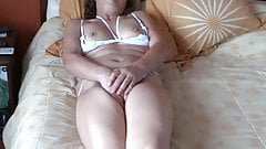 ORGASMS OF MATURE MOTHER, MASTURBATES IN FRONT OF SON'S FRIEND