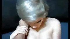 Het blondin med glasogon ger avsugning