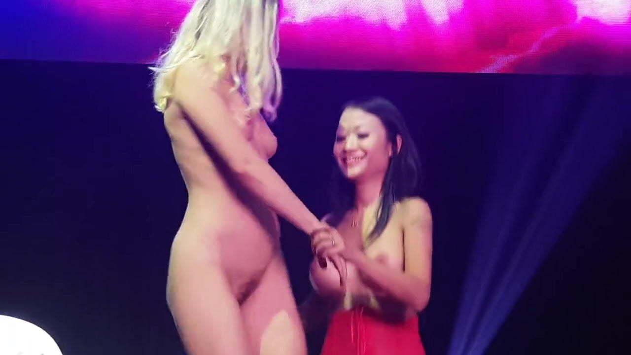 Daring Girl Naked Public