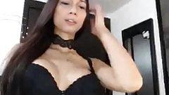 Транс Yubeca показывает ее сексуальные танцевальные движения в видео от первого лица