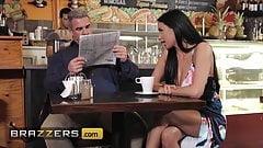 地元のコーヒーショップで夫をからかう欲求不満の可愛い人アニッサ・ケイト