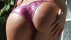 Ein nasses Mädchen im Bikini ficken