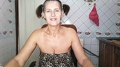 La calda casalinga Lukerya pulisce la mattina in cucina