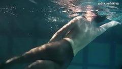 Одетая красотка-подводная булава-ложкова плавает обнаженной