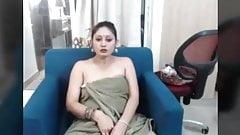 Heiße MILF zeigt ihren nackten Körper in Showar