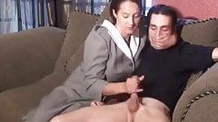 Pn-Mutter gibt ihrem Sohn einen Handjob!