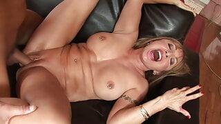 Hot Mature vs Bodybuilder, she screams like crazy…