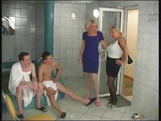 Jeune sexe amateur 2 matures et 2 jeunes dans un sauna s76