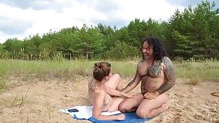 Plan nique entre naturistes sur une plage