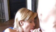 Les 5 a 7 de cette mature blonde avec 2 petits jeunes !