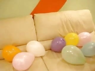 Asian clawed Claws pop balloon