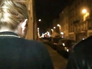 Eva la nude pic rue Salope chope un inconnu dans la rue et lui offre sa chatte