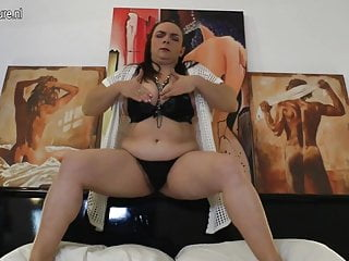 Pussy wet and throbing - Horny mature mom gets her hairy pussy wet