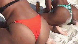 Duas gostosas rebolando de biquini na praia
