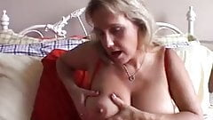Kobieta z dużymi sflaczałymi piersiami masterbating