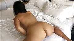 Грудастая азиатка испытывает интенсивный оргазм на моей кровати