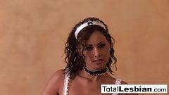 Сексуальные шлюшки-брюнетки занимаются лесбийским анальным развлечением