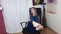 girl show feet