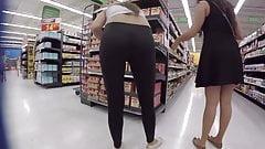 Сексуальная брюнетка тинка с отличной задницей в черных леггинсах скрытой камерой