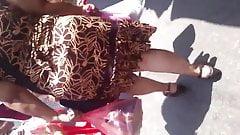 En el mercado:Abuela culona en vestido