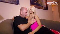 Blonde Titten Milf wird auf dem Sofa gefickt