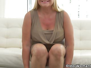 Women stuffing there pussy with items Busty grandma pem loves stuffing her old pussy with dildo