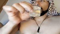 Jhon Salamandro trinkt ein Glas Precum und kommt
